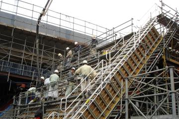跨道橋アバット部の足場兼昇降設備として使用