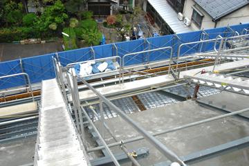 建築屋根部打設用・昇降用に設置