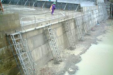 砂防ダムPC版仮受用足場として使用。横つなぎの足場セット可能